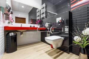Installateur de salle de bain, 67